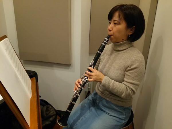 真剣にクラリネットを演奏する生徒