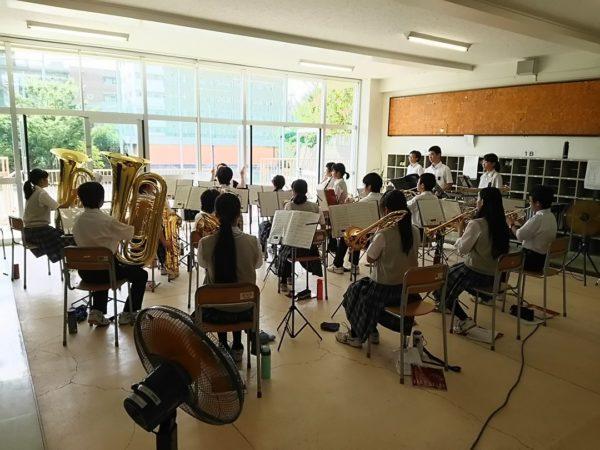 学校の教室で合奏する吹奏楽部