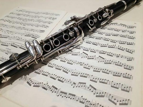楽譜の上に置かれたクラリネット