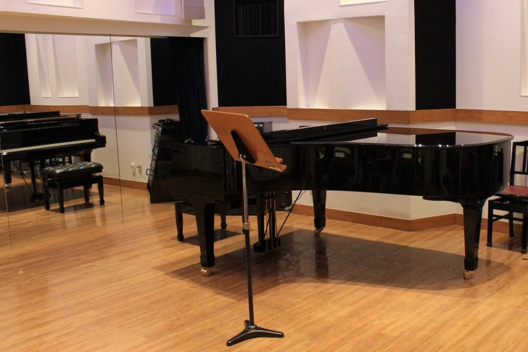 ピアノの前に置かれた譜面台