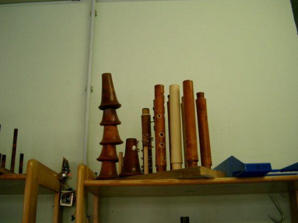 クラリネット工房の棚にある積み重ねられたベルとキーがつく前の下管