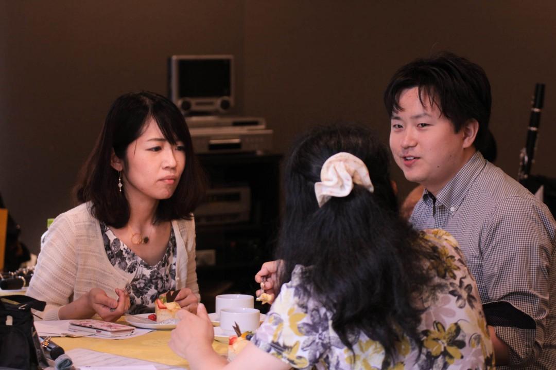 発表会の休憩時間にケーキを楽しむ参加者達