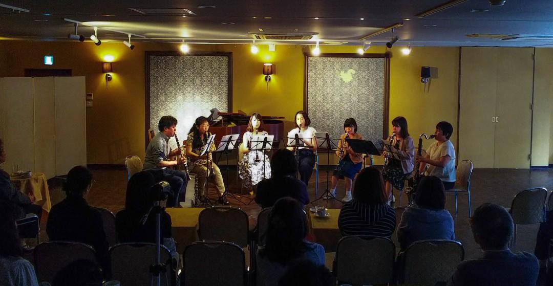 発表会で演奏する上級者クラリネットアンサンブルの生徒達