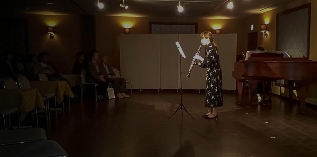 クラリネット発表会で演奏を披露する生徒