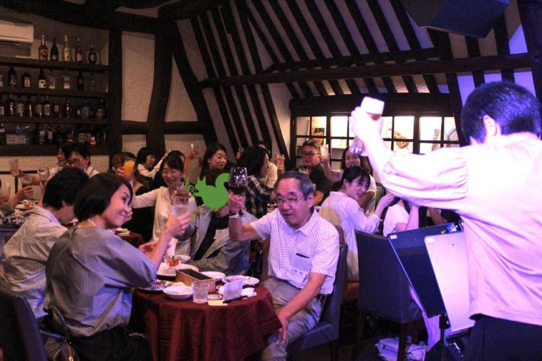 クラリネット教室のライブ懇親会に参加した生徒達と乾杯