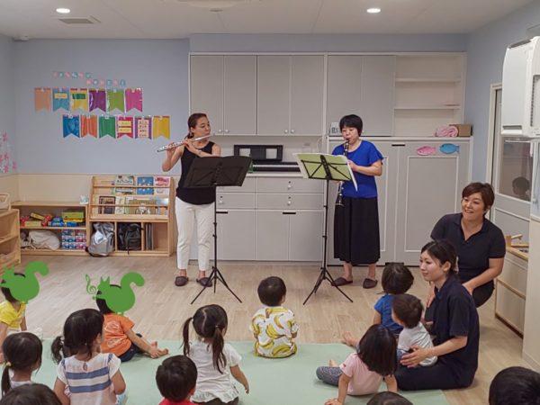 保育園訪問演奏で演奏するフルート奏者とクラリネット奏者
