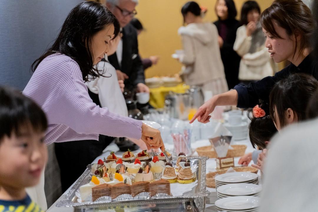 クラリネットの発表会でケーキを振る舞うスタッフ
