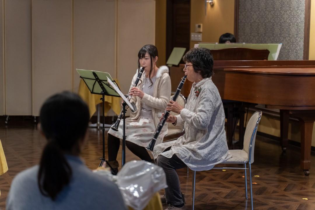 発表会でクラリネット二重奏を披露する生徒達