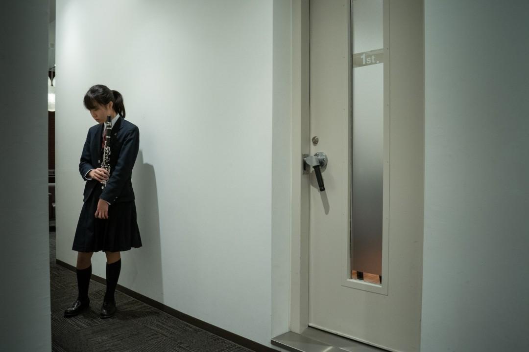 音出しの部屋の前で待つ実技模試参加者