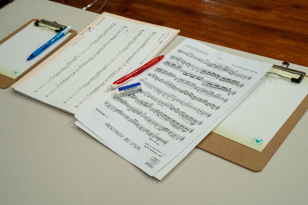 テーブルに置かれた楽譜と講評用紙