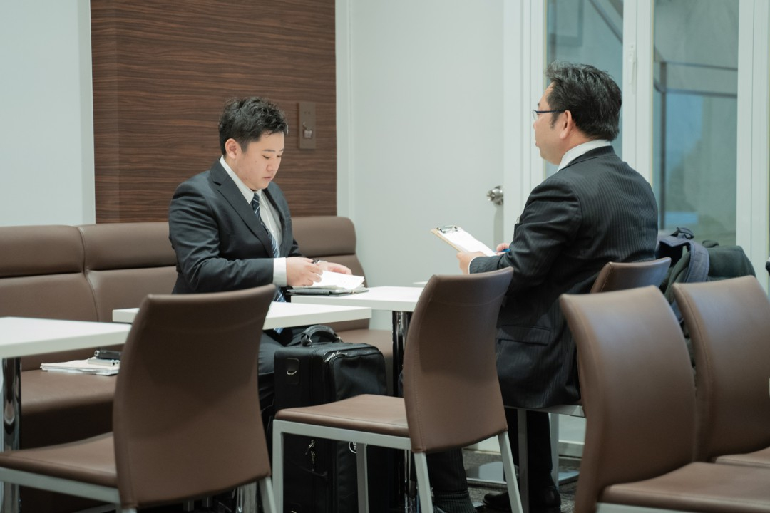 実技模試参加者に講評を伝える試験官