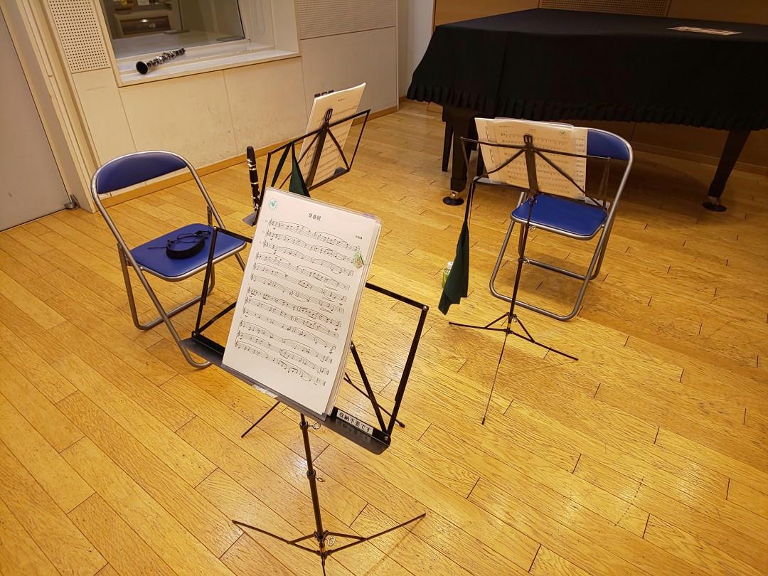 三重奏用にセッティングされた椅子と譜面台