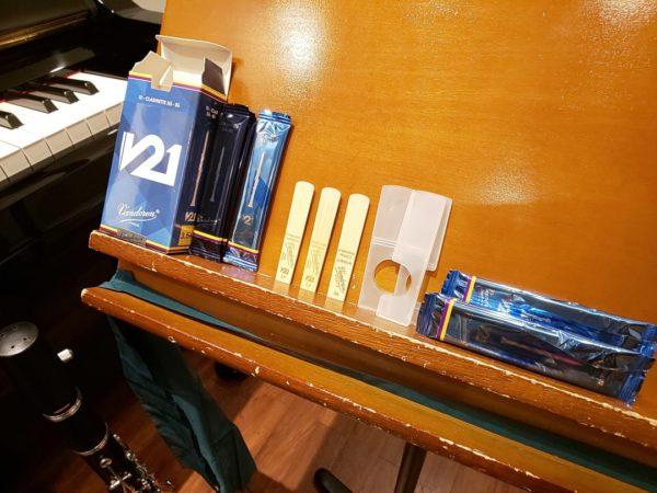 譜面台に並べられたリードや箱