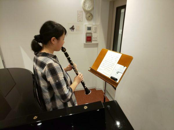 楽譜を見ながら立奏する生徒