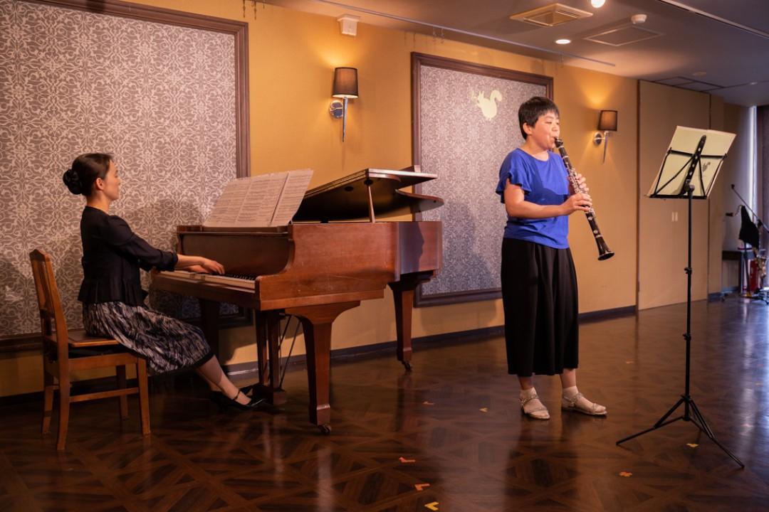 演奏する講師とピアニスト