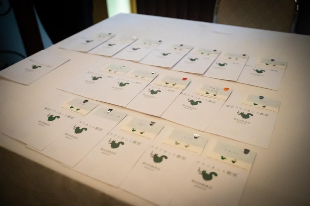 受付に並べられた発表会のプログラム