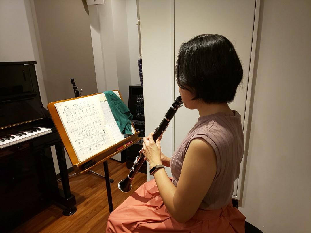 楽譜を見ながら座って演奏する生徒