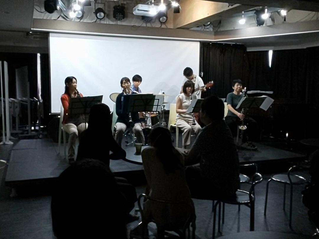 ステージでクラリネットを演奏するバンドメンバー