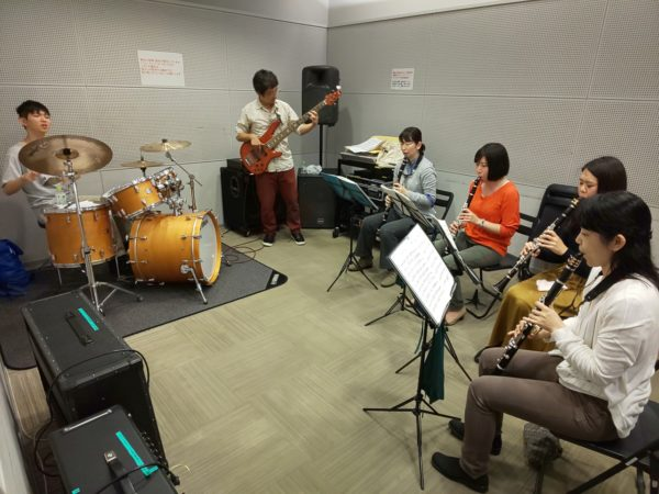 バンドアンサンブルで演奏する生徒達