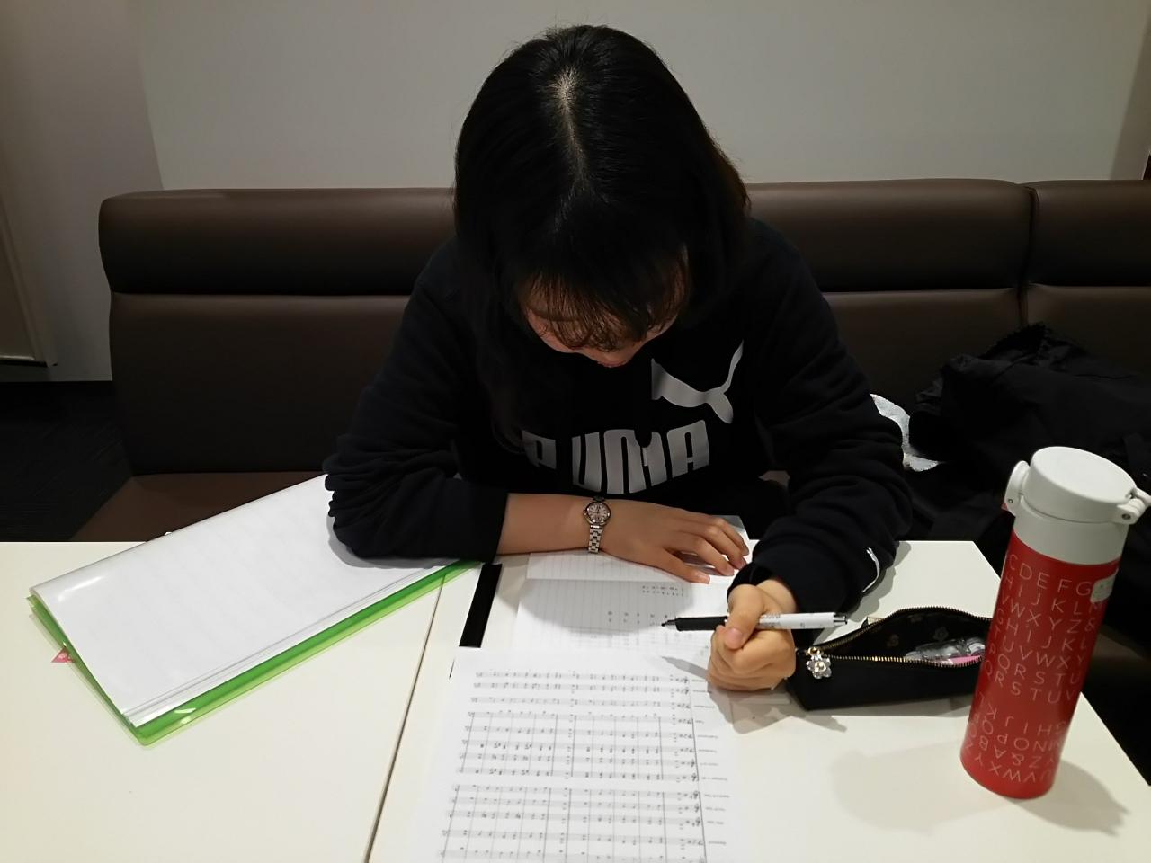 音楽知識の勉強をする生徒