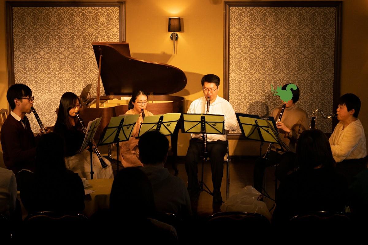 発表会で演奏する中級者アンサンブルのメンバー
