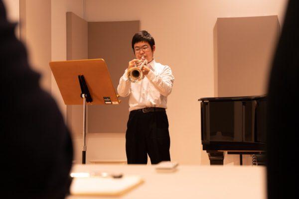 実技模試で演奏するトランペットの参加者