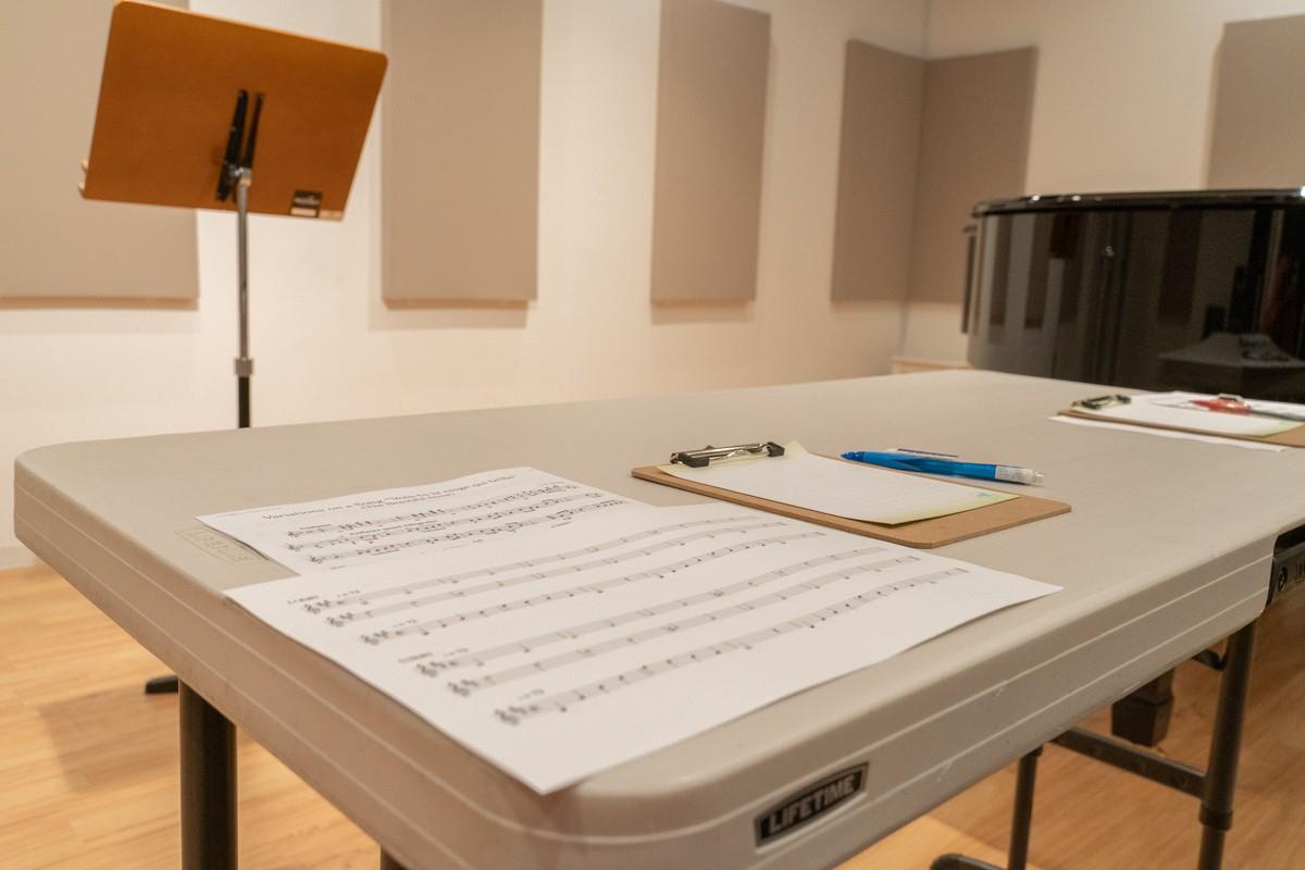実技模試の会場内のテーブルと譜面台