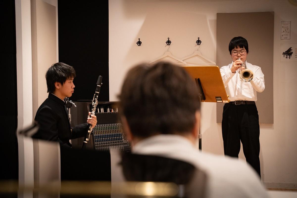 実技模試の本番会場で演奏するトランペットの参加者