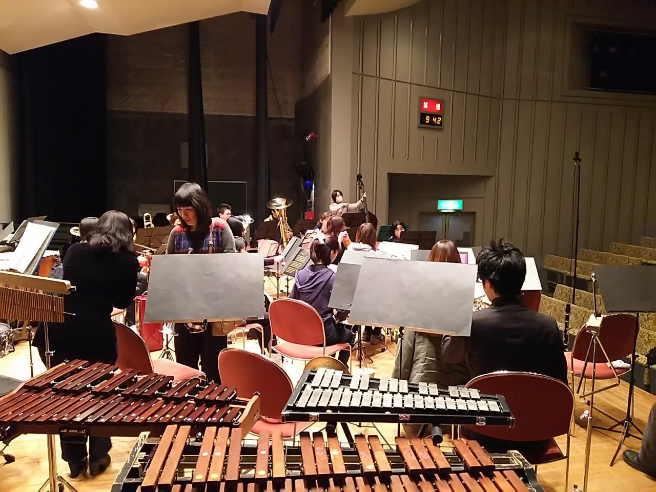 ホールでの吹奏楽の練習風景