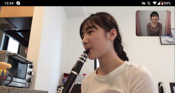 オンラインレッスンで演奏する生徒