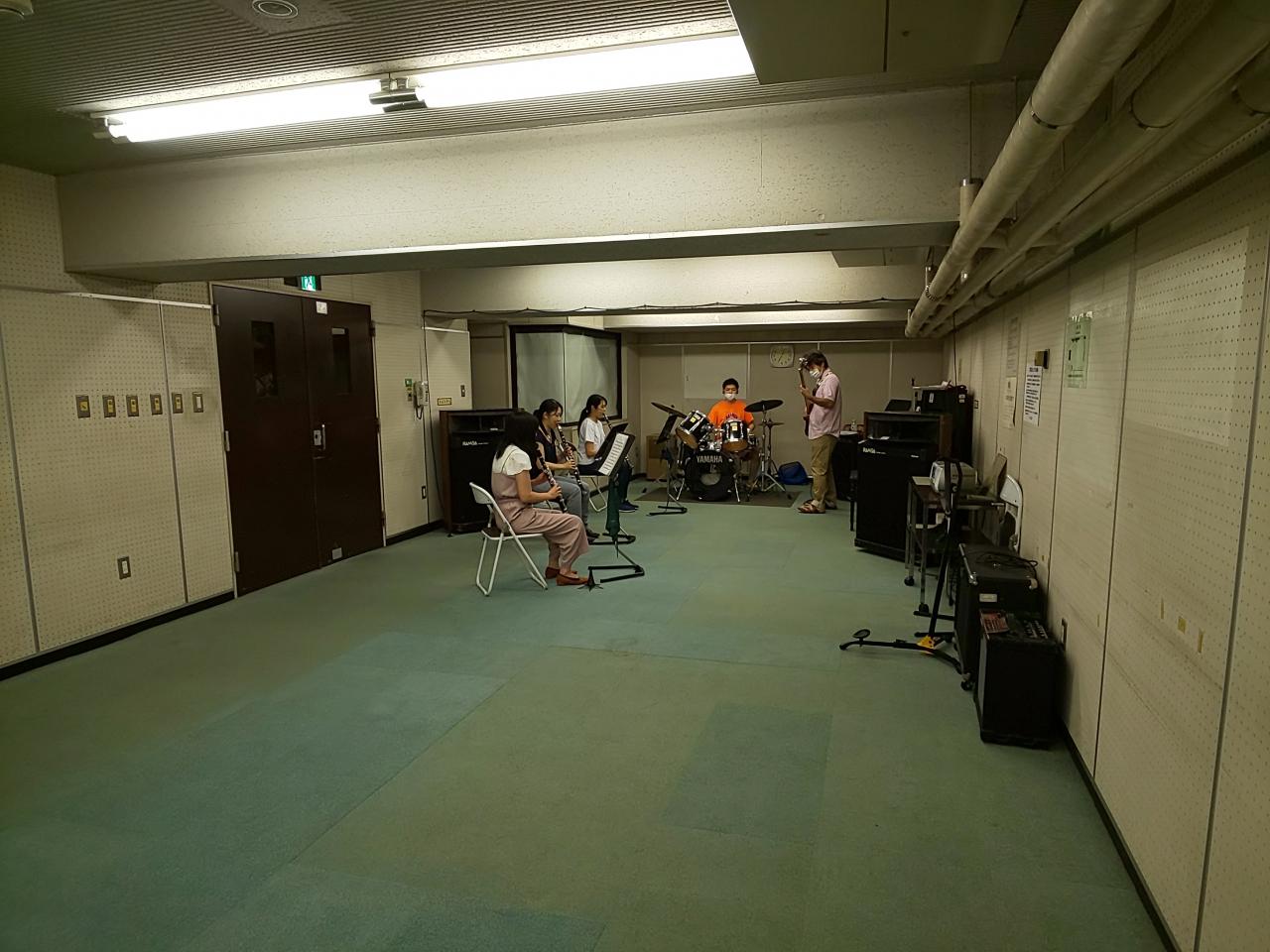 楽しく演奏するバンドアンサンブルメンバー