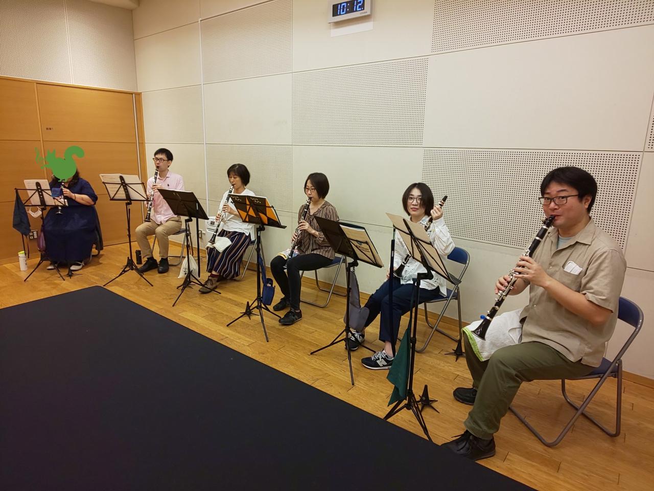 各自練習する中級者アンサンブルメンバー