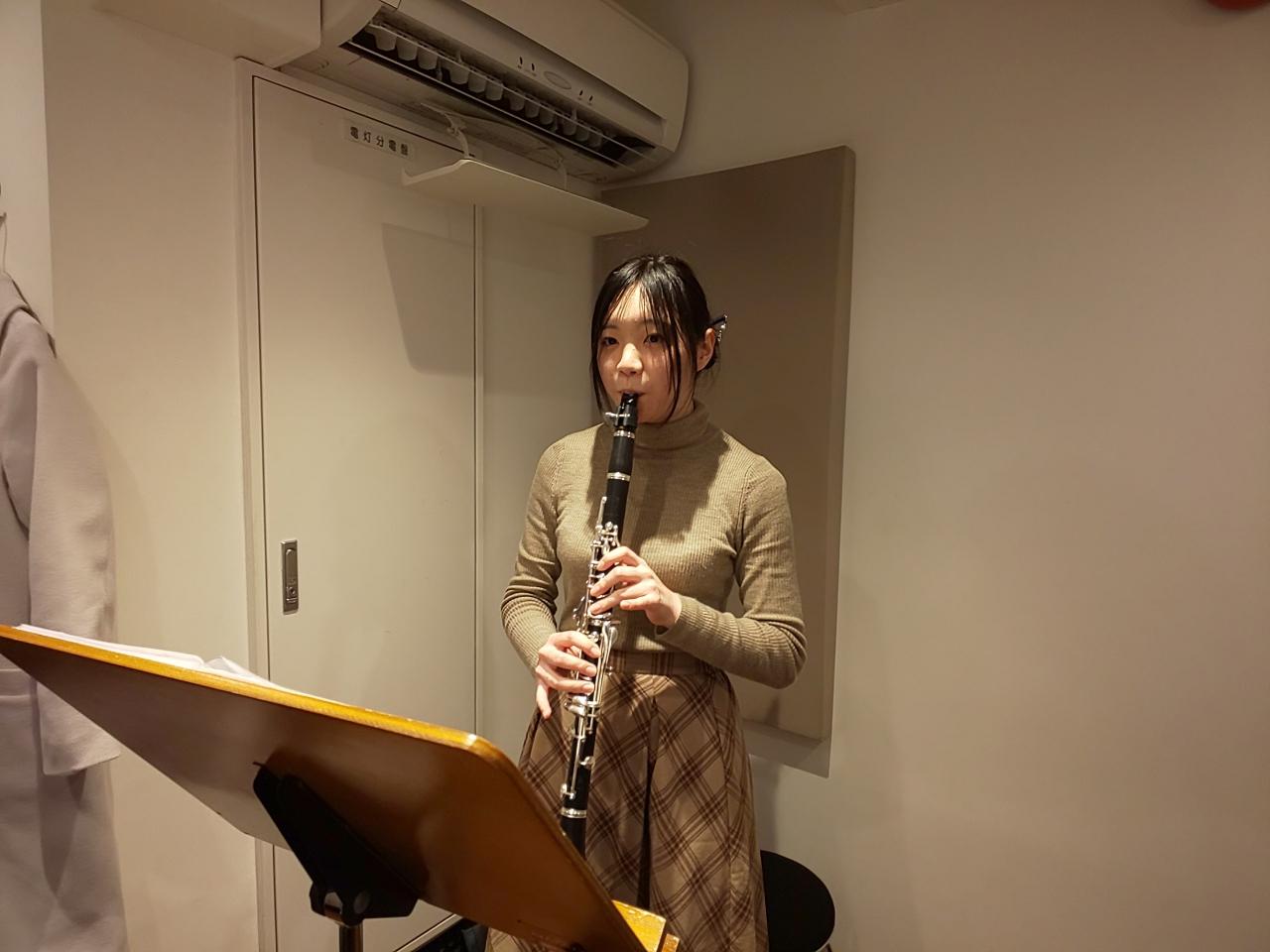 楽譜を見ながら立って演奏する生徒