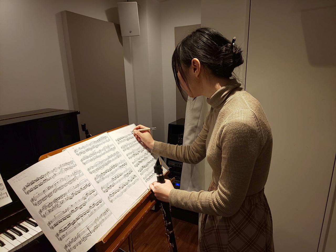 楽譜に書き込みをする生徒