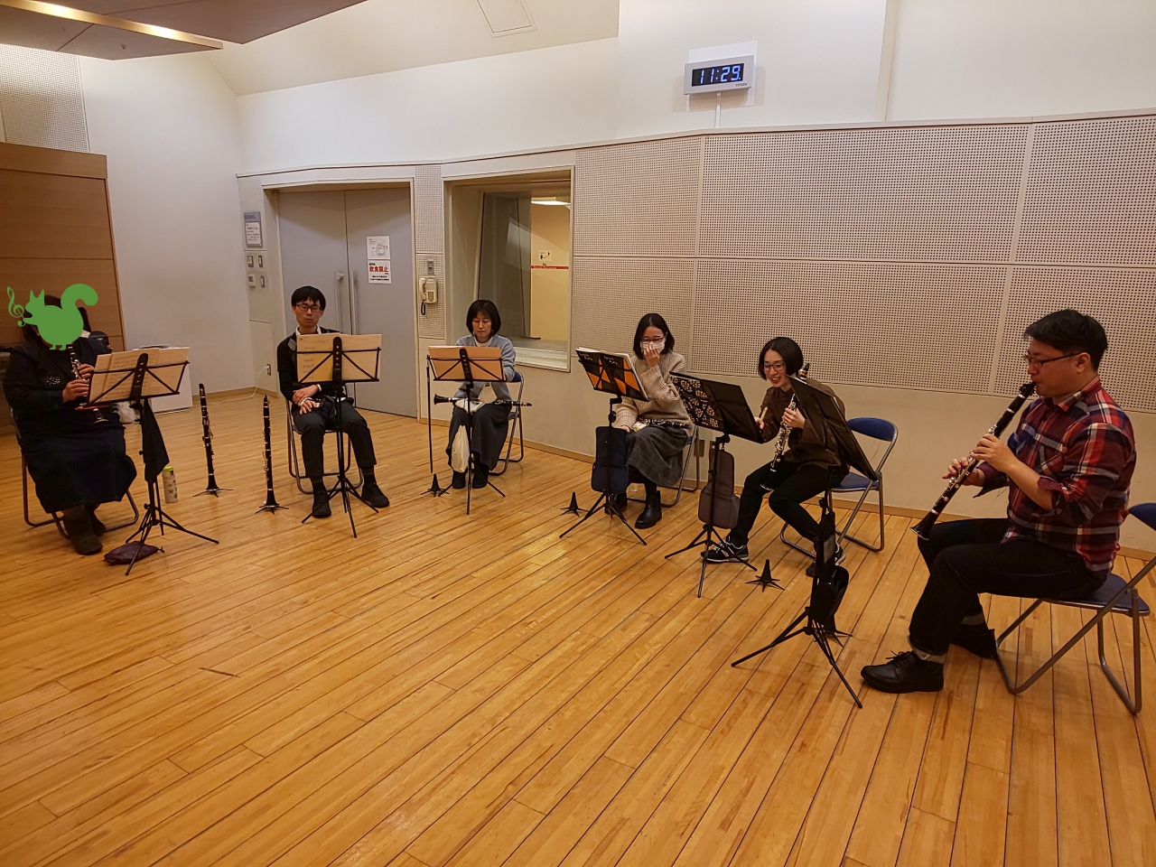 吹き方の確認をしながら個人練習する中級者アンサンブルメンバー