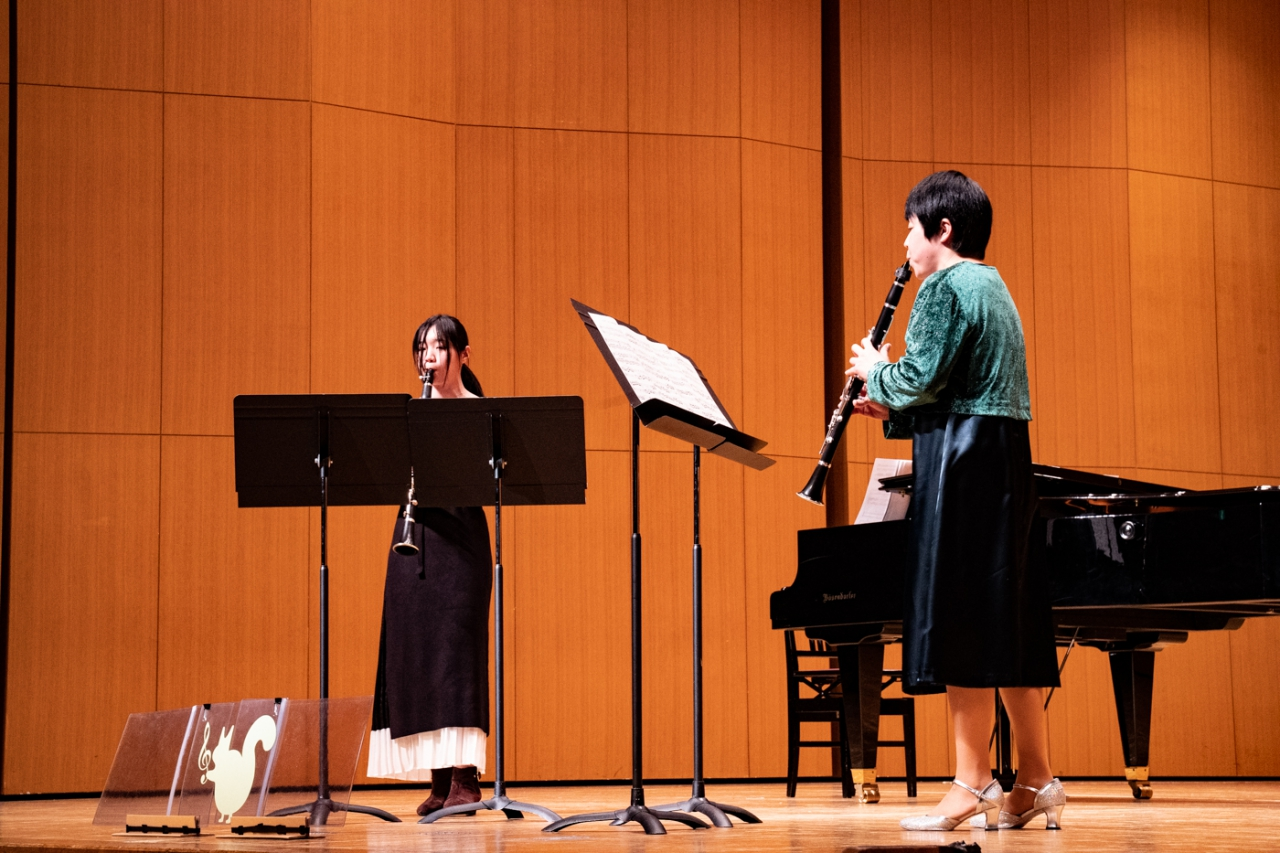 発表会で二重奏する生徒とクラリネット講師