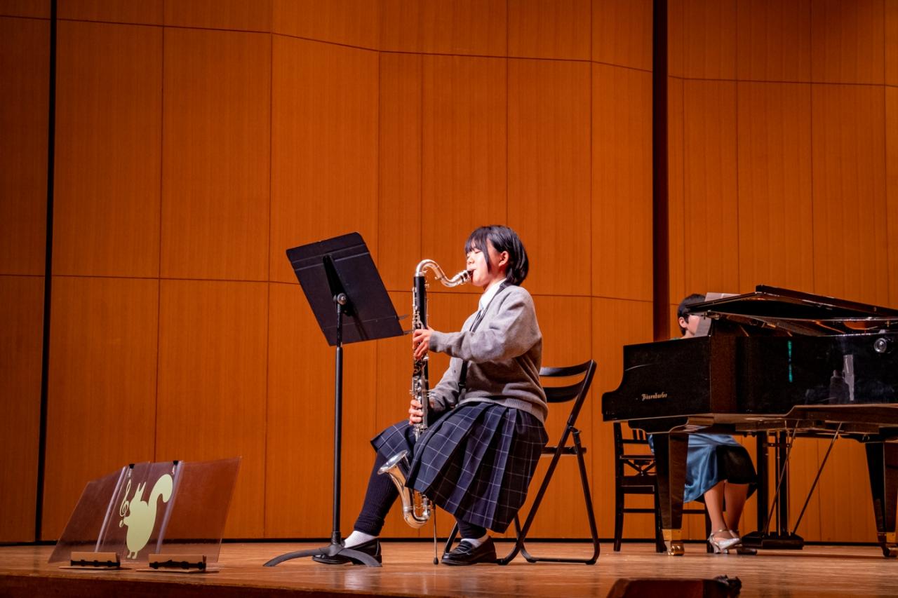 発表会でバスクラリネットのソロ演奏をする生徒