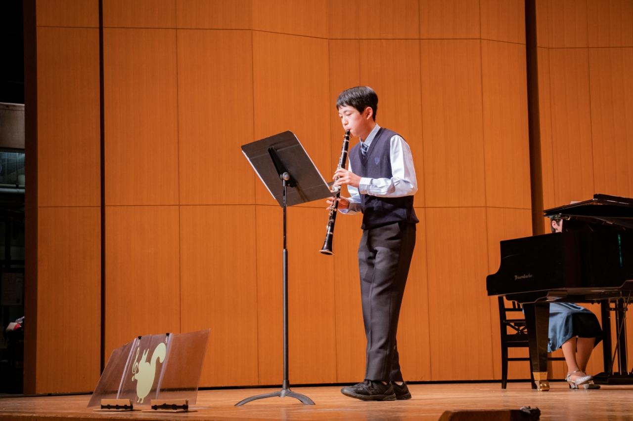 発表会でソロ演奏する生徒