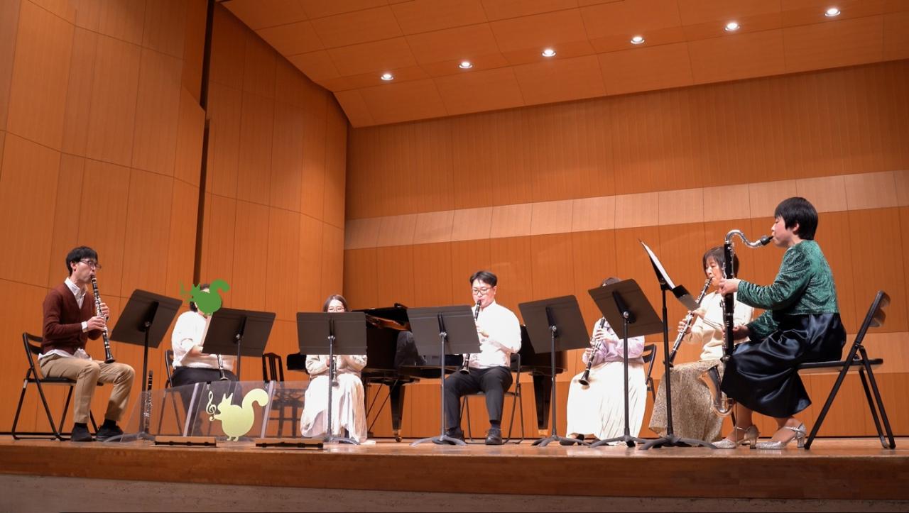 発表会で演奏する中級者アンサンブルメンバー