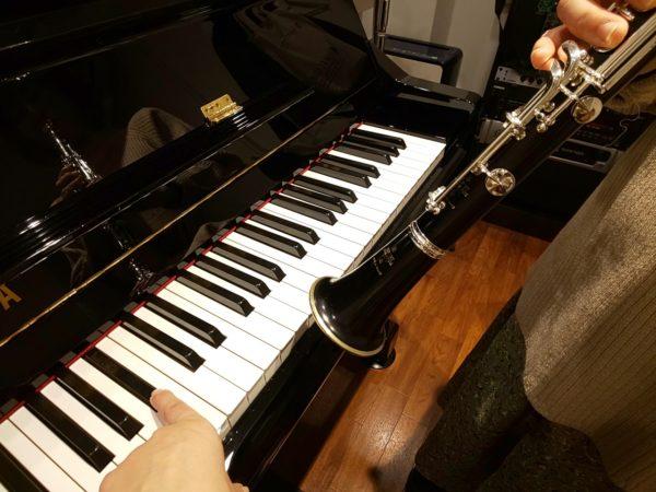 ピアノと音合わせするクラリネット奏者