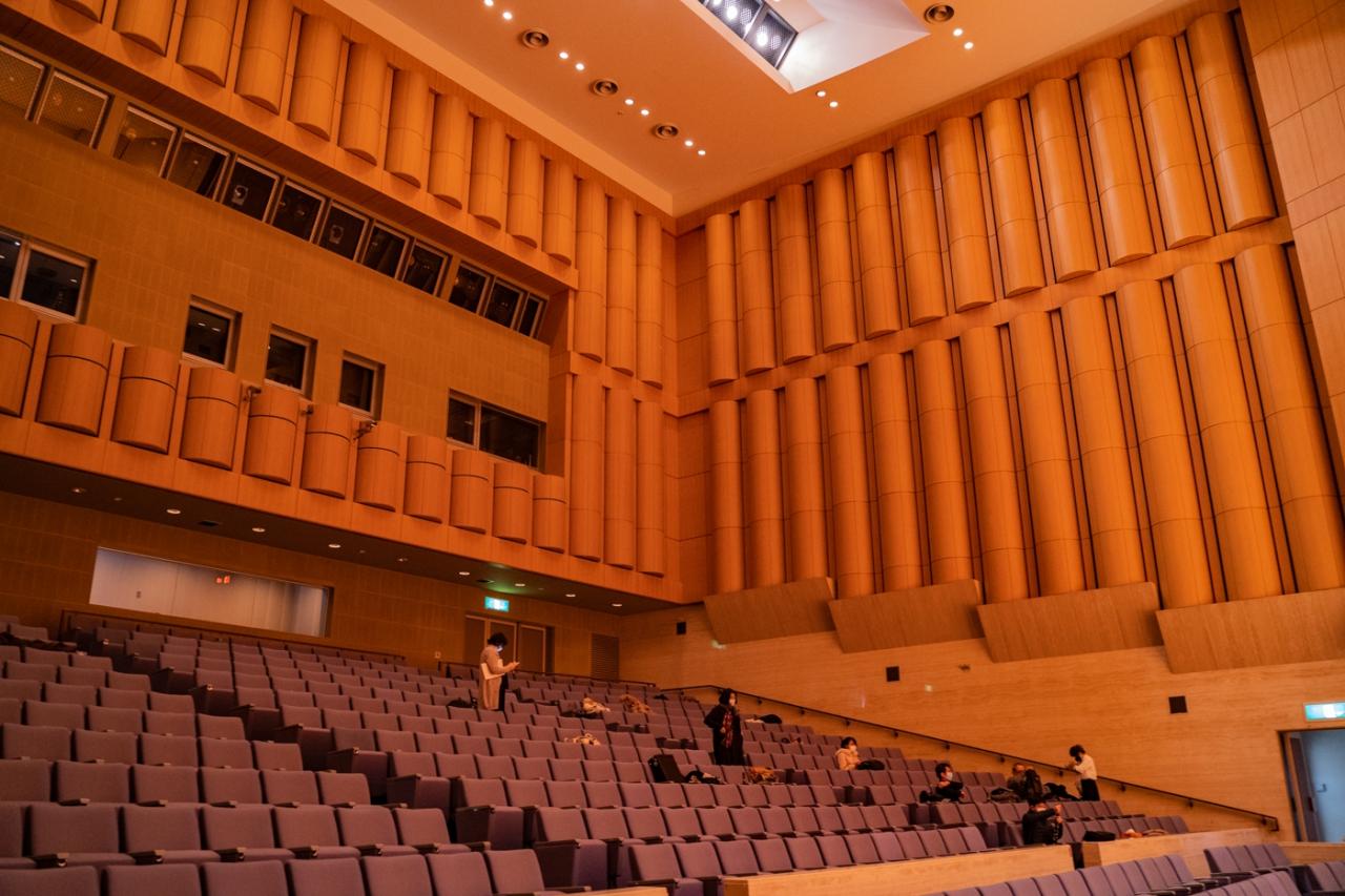 ホールのステージ下手側から見た客席