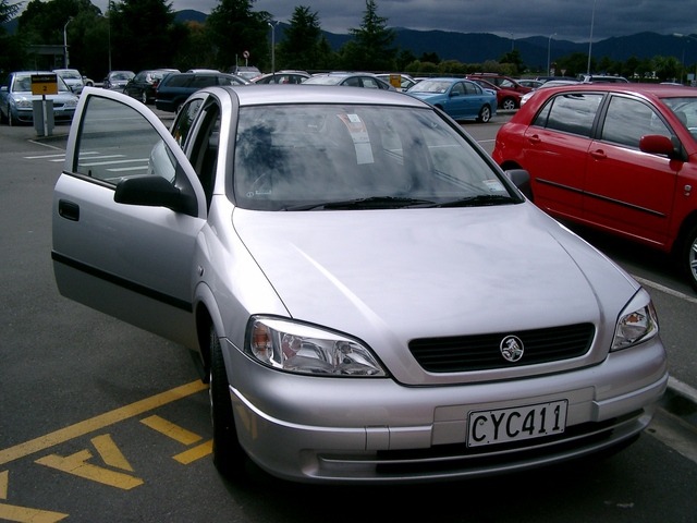 駐車場に置かれているレンタカー