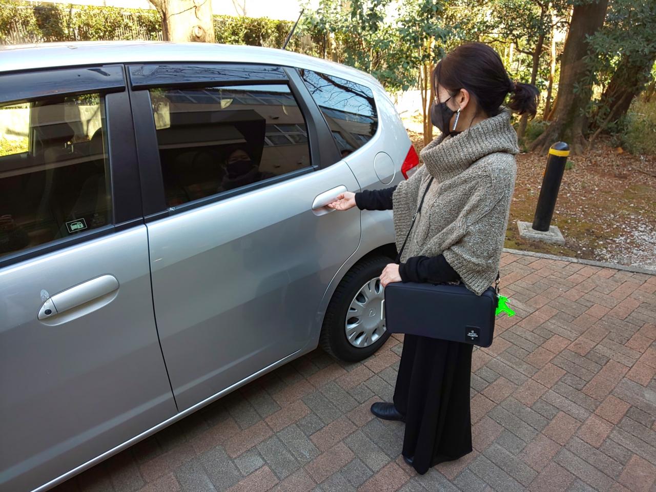 車で練習をするためにドアに手をかけるクラリネット奏者