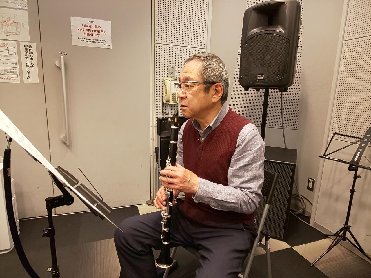 楽譜を見て演奏方法を考える生徒