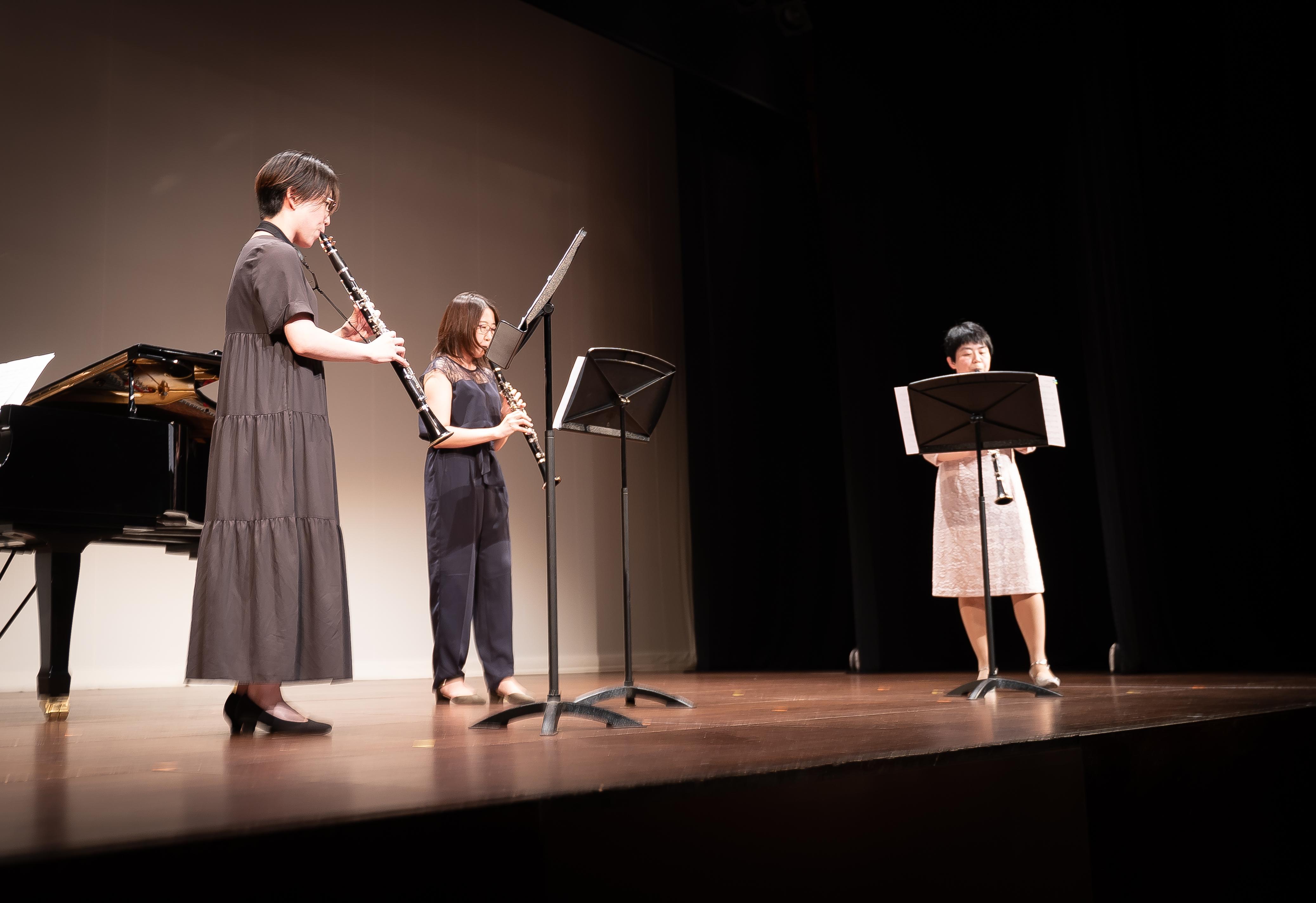 発表会でトリオ演奏する生徒達